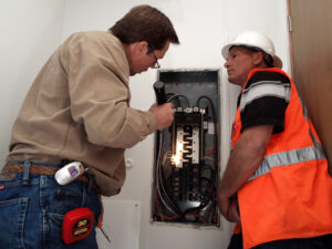 https://commons.wikimedia.org/wiki/File:FEMA_-_33790_-_A_county_official_inspects_the_wiring_in_a_FEMA_supplied_mobile_home_in_California.jpg#filelinks